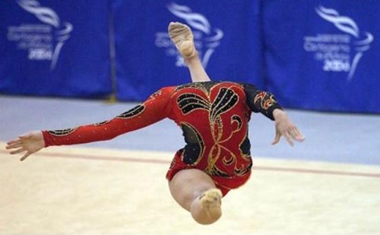 Well-timed photo makes gymanist look like she has no head